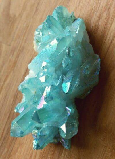 Lyseblå Aqua Aura Titanium Bismuth krystal 211 gr