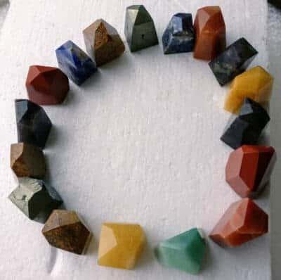 Sten og krystal enkelt termineret spidser 1 Kg. ca. 17 stykker pr. kg.