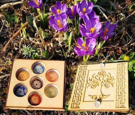 Livets træ kasse med to bjergkrystal kugler samt chakra stensæt