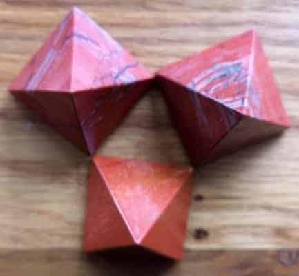 rød jaspis pyramide